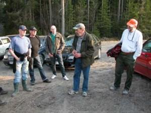 Eftersöksjägaren Hans Gabrielsson informerar om uppläggningen av ett eftersök