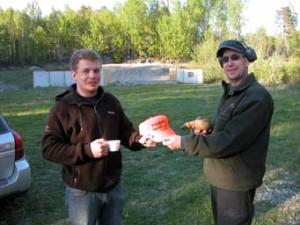 Tommy Larsson avtackar Anton Lindohf vid Hugelsta med en jaktklubbskeps